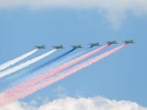 Zes su-25 in brand gestoken rookkleuren van de Russische vlag Royalty-vrije Stock Fotografie