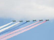 Zes su-25 in brand gestoken rookkleuren van de Russische vlag, Moskou Stock Foto