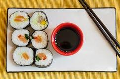 Zes sushibroodjes met sojasaus en eetstokjes Royalty-vrije Stock Afbeeldingen