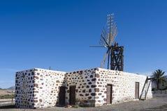 Zes vleugel rechthoekige vrouwelijke windmolen op de Canarische Eilanden Royalty-vrije Stock Foto