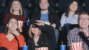 Zes vrienden kwamen op komedie letten stock video