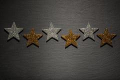 Zes zilveren en gouden sterren op een rij Royalty-vrije Stock Foto's