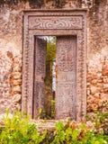 Zeskrobany drzwi w chowanym riun bi khole w Zanzibar zdjęcie stock