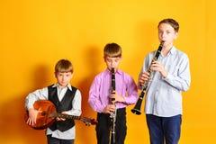 Zespół młodzi muzykalni artyści, klarnet i dombra, fotografia stock