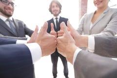 zespół pokazujący przedsiębiorstw kciuki w górę Fotografia Stock