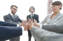 zespół pokazujący przedsiębiorstw kciuki w górę Obrazy Stock