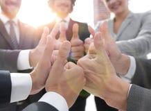 zespół pokazujący przedsiębiorstw kciuki w górę Zdjęcie Stock