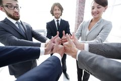 zespół pokazujący przedsiębiorstw kciuki w górę Zdjęcie Royalty Free