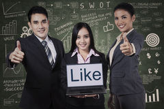 zespół pokazujący przedsiębiorstw kciuki w górę Zdjęcia Royalty Free