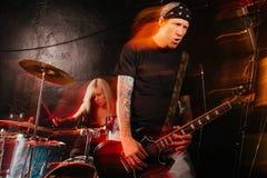 Zespół rockowy bawić się na scenie Fotografia Royalty Free