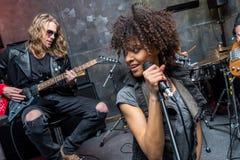 Zespół rockowy próbuje w muzykalnym studiu, hard rock muzyki pojęcie Obraz Royalty Free