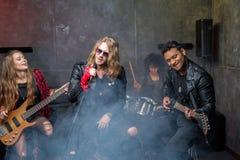 Zespół rockowy próbuje w muzykalnym studiu, zespół na sceny pojęciu Obraz Royalty Free