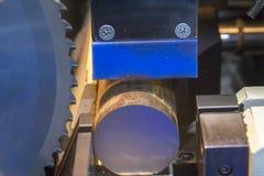 Zespół zobaczył maszynowego rozcięcia metalu prącie Zdjęcie Royalty Free