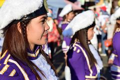 Zespołów majorettes na paradzie podczas Wielkopostnego korowodu na cześć patron Paul Pierwszy eremita uczta zdjęcia stock
