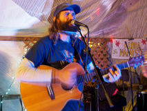 Zespołu rockowego muzyk Paul Izak bawić się gitarę i śpiew przy Optim Obraz Stock