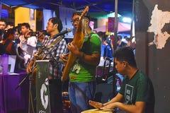Zespo?u spe?nianie Na ulicie Podczas Kuching Mooncake festiwalu W Kuching, Sarawak fotografia royalty free