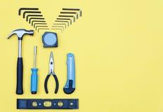zestawów narzędzi Domowego ulepszenia pojęcie na żółtym tle Zdjęcia Stock