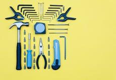 zestawów narzędzi Domowego ulepszenia pojęcie na żółtym tle Obraz Royalty Free