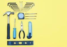 zestawów narzędzi Domowego ulepszenia pojęcie na żółtym tle Obrazy Stock