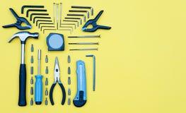 zestawów narzędzi Domowego ulepszenia pojęcie na żółtym tle Zdjęcie Stock