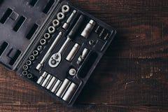 Zestaw kruszcowi narzędzia na drewnianym tle Fotografia Royalty Free
