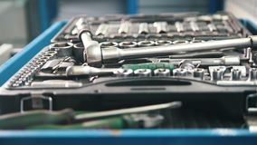 Zestaw narzędzia dla naprawiać samochodu samochodu usługa - śrubokręt, wyrwania - zbiory wideo