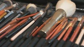 Zestaw różni muśnięcia dla makijażu na stole zbiory wideo