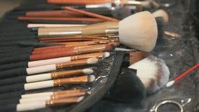 Zestaw różni muśnięcia dla makijażu na stole zdjęcie wideo