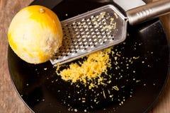 Zeste de citron râpé Photographie stock libre de droits