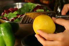Zesting un limón Imagenes de archivo