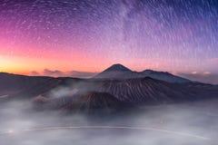 Zet actieve vulkaan, Batok, Bromo, Semeru met sterrig op en vertroebel a royalty-vrije stock afbeeldingen