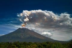 Zet Agung-vulkaan dramatische uitbarsting op royalty-vrije stock fotografie