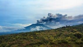 Zet Agung-vulkaanuitbarsting op Bali - Indonesië, 28 November 2017 royalty-vrije stock afbeelding