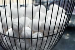 Zet alle eieren in één mandillustratie, die voedsel op keuken koken, voorbereidend eieren op Pasen, opslag vele kippeneieren in m royalty-vrije stock afbeelding