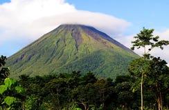 Zet Arenal Vulkaan in Costa Rica op royalty-vrije stock afbeelding