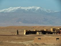 Zet Atlas op hoogst in Noord-dieAfrika van Ouarzazate in Marokko wordt bekeken stock afbeeldingen