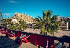 Zet Benacantil met een Kasteel van Santa Barbara, mening van s op stock foto