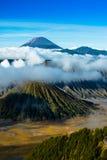 Zet Bromo met mist op en bewolkt op krater Stock Fotografie