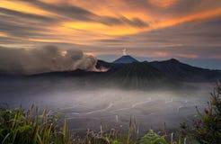 Zet Bromo-vulkaan, in het Nationale Park van Bromo Tengger Semeru, Oost-Java, Indonesië op Stock Afbeelding