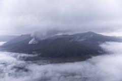 Zet Bromo-vulkaan tijdens dageraad op royalty-vrije stock foto