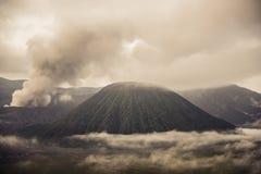 Zet Bromo-vulkaan tijdens dageraad op stock fotografie