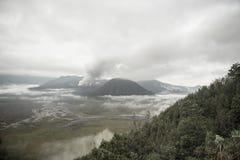 Zet Bromo-vulkaan tijdens dageraad op royalty-vrije stock fotografie