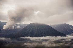 Zet Bromo-vulkaan tijdens dageraad op stock foto