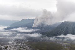 Zet Bromo-vulkaan tijdens dageraad op royalty-vrije stock afbeelding