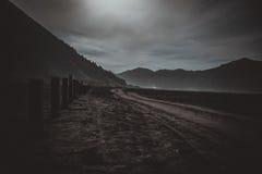 Zet Bromo-vulkaan tijdens dageraad op royalty-vrije stock afbeeldingen