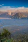 Zet Bromo-vulkaan tijdens zonsondergang op Stock Afbeelding