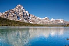 Zet Chephren en het Meer van Watervogels, Canada op stock afbeeldingen