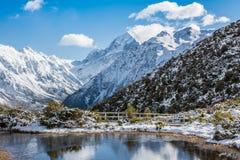 Zet Cook Mountain Peak met bezinning in Meer op, Nieuw Zeeland royalty-vrije stock afbeelding