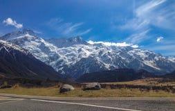 Zet Cook omvat in sneeuw op een zonnige dag op, Zuideneiland, Nieuw Zeeland stock foto's