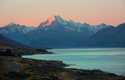 Zet Cook tijdens zonsondergang in Nieuw Zeeland op Royalty-vrije Stock Afbeeldingen